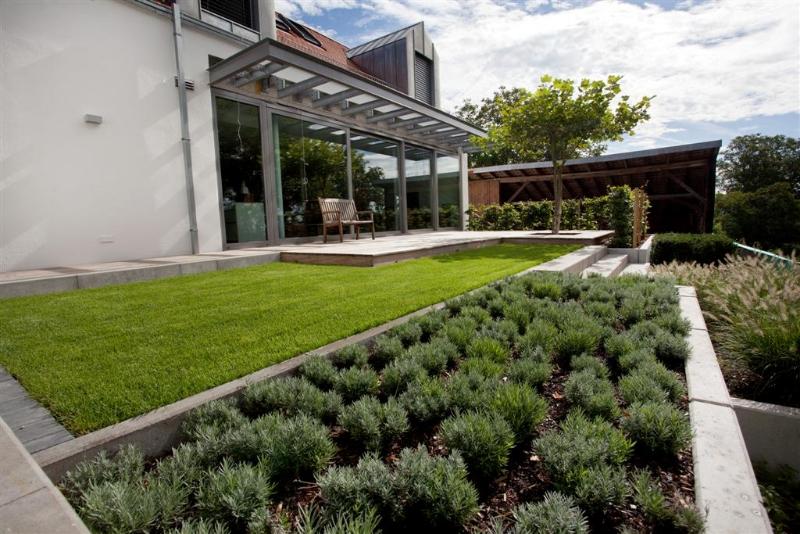 moderner garten mit holz und stein living stone garden. Black Bedroom Furniture Sets. Home Design Ideas