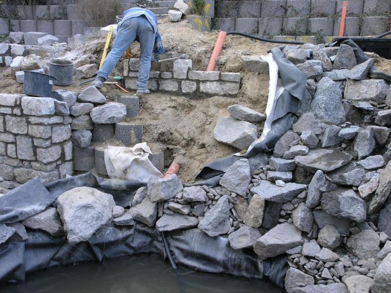 statt betonpflanzsteinen ein steingarten mit wasserlauf und teich,