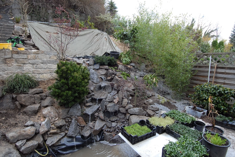 statt betonpflanzsteinen ein steingarten mit wasserlauf und teich, Gartenarbeit ideen