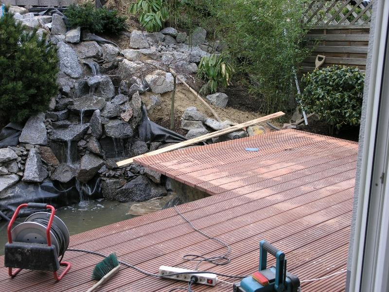 Statt Betonpflanzsteinen ein Steingarten mit Wasserlauf und Teich ...