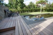 Garten mit strengem Schwimmbecken