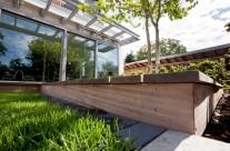 Moderner Garten mit Holz und Stein